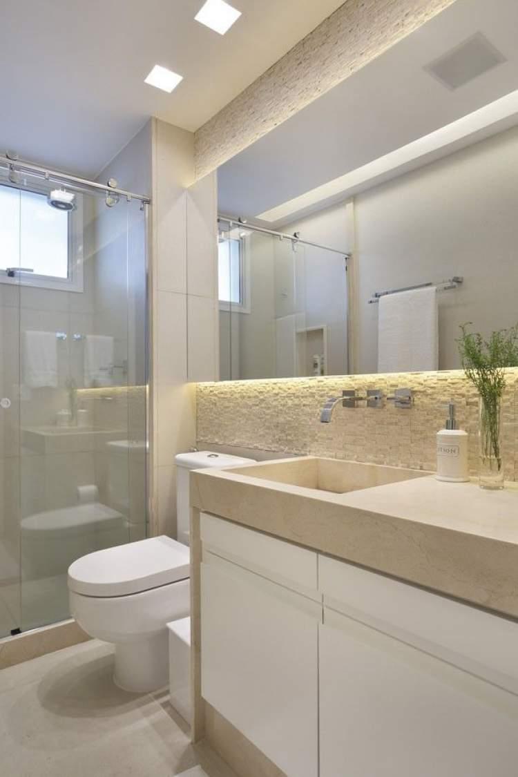 Banheiro pequeno e iluminado