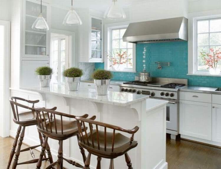 Cozinha decorada com pendentes