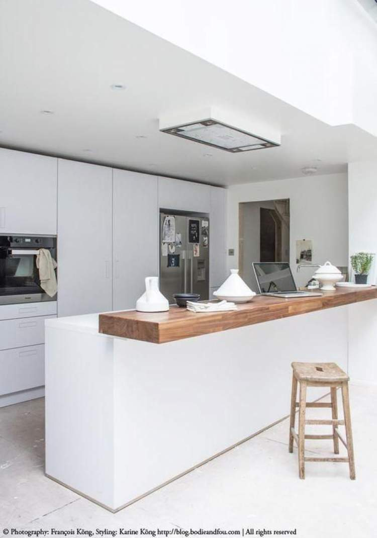 Cozinha decorada e iluminada