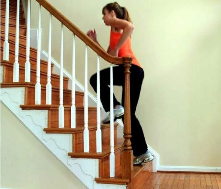 Exercício na escada para secar a barriga