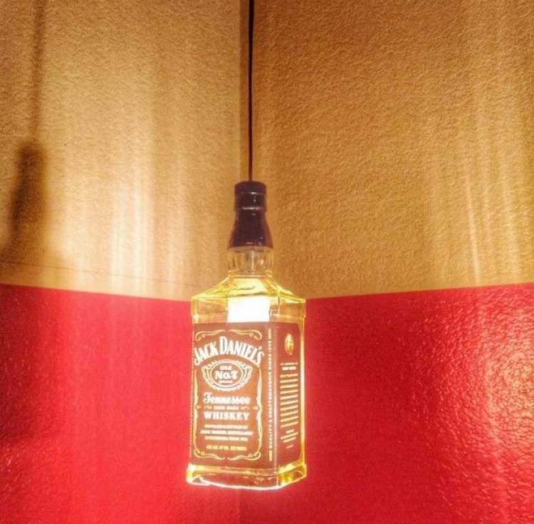 garrafa de whisky é uma das ideias de decoração para fazer em casa gastando pouco