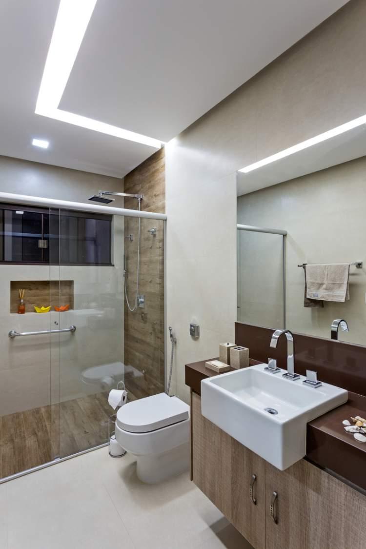 Modelo de banheiro com decoração que favorece a iluminação