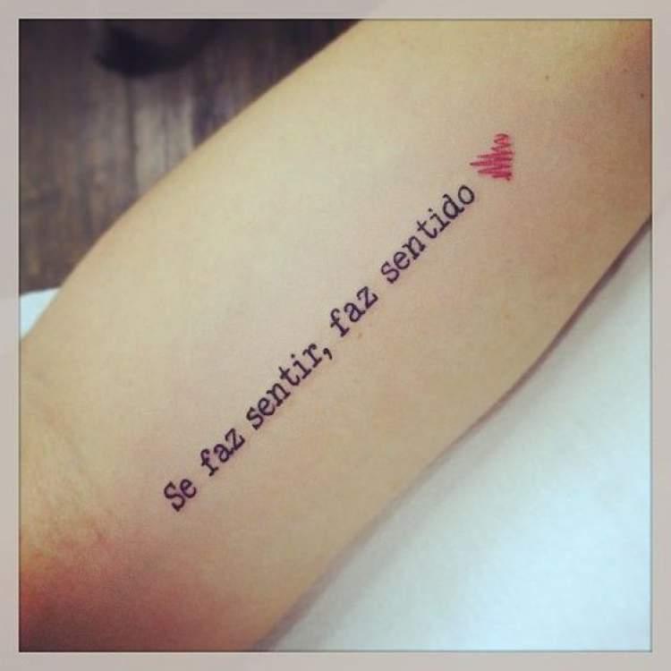 Tatuagem de frase no braço