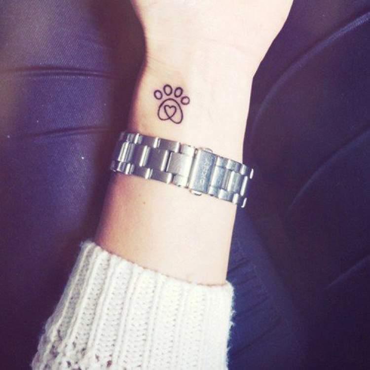 Tatuagem de patinhas no punho