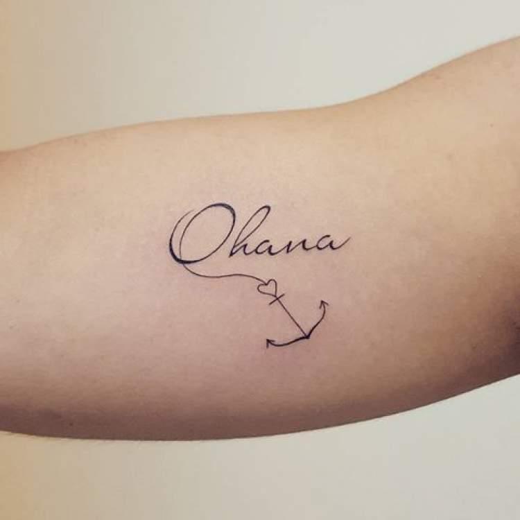 Tatuagem delicada com o nome da homenageada