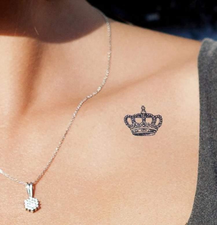 Tatuagem delicada de coroa ao lado ombro