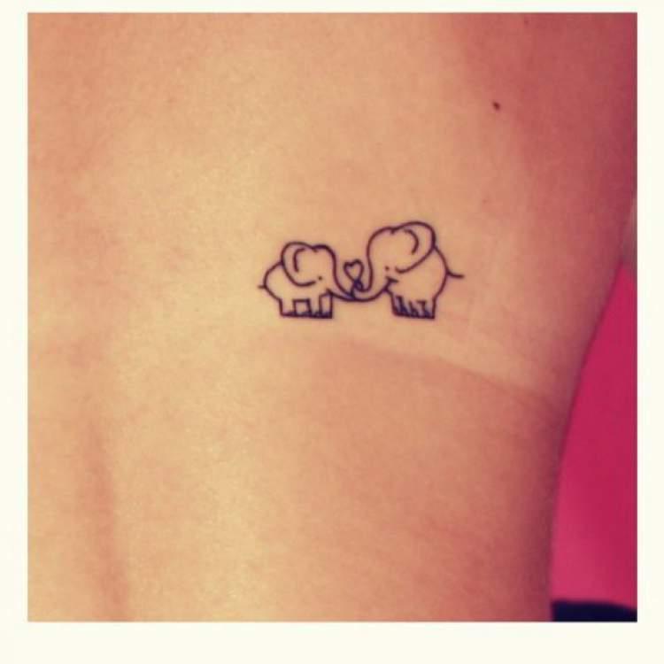 Tatuagem delicada de dois elefantes
