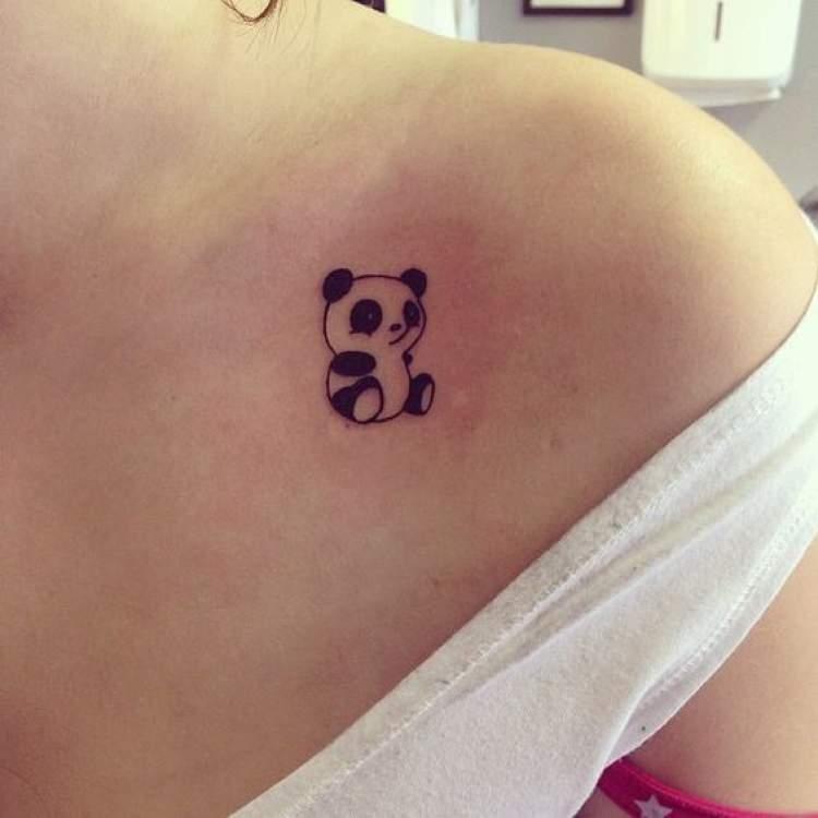 Tatuagem delicada de ursinho panda ao lado do ombro