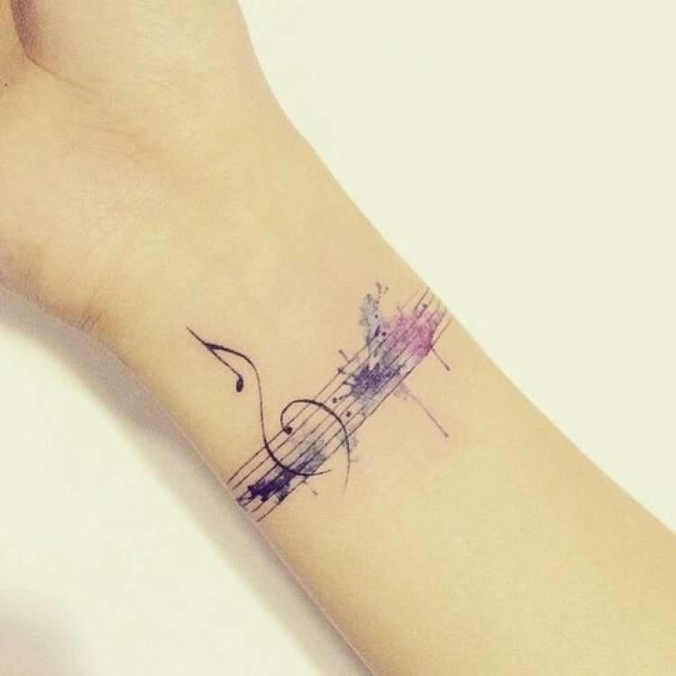 Tatuagem feminina com inspiração na música