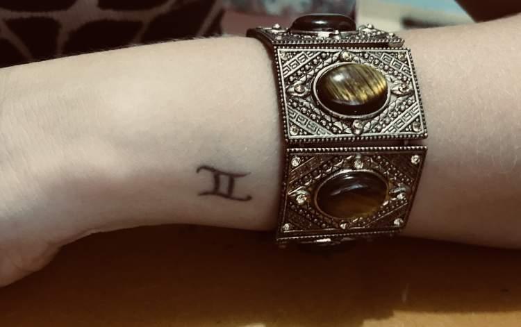 Tatuagem feminina delicada para o signo de gêmeos