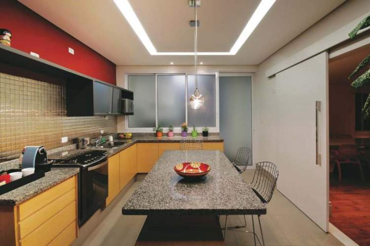 O teto decorado com sancas ajuda a melhorar a iluminação na cozinha