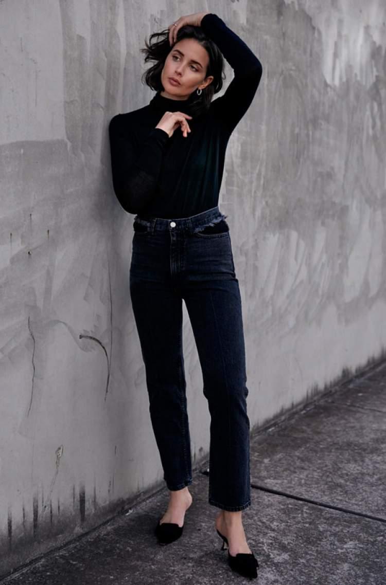 Calça jeans de lavagem escura fica bem em qualquer corpo