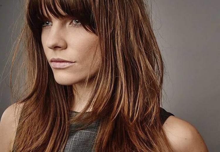 Camadas em dois comprimentos é uma das ideias de cortes de cabelo longo