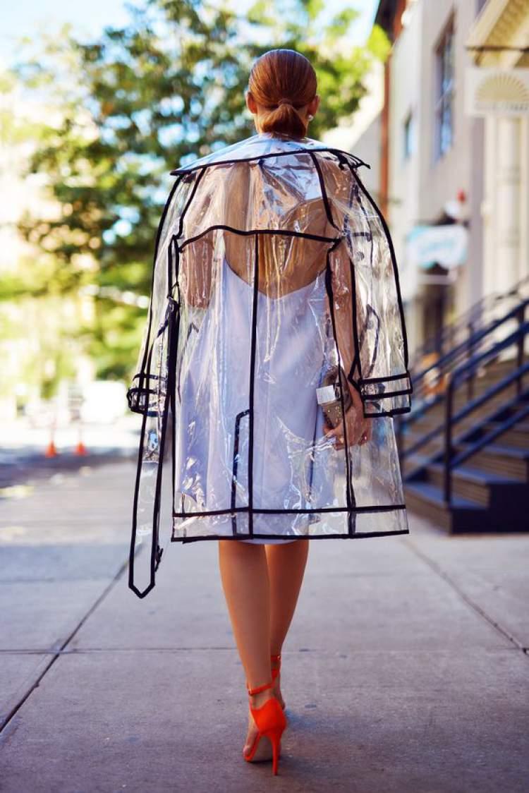 Casaco de plástico é aposta da moda inverno 2018