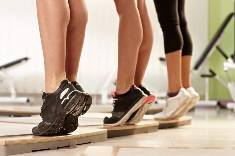 Exercício com a ponta dos pés para malhar as pernas