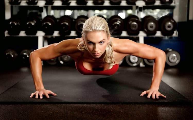Flexão de braço é um dos melhores exercícios para definir o músculo do tchauzinho