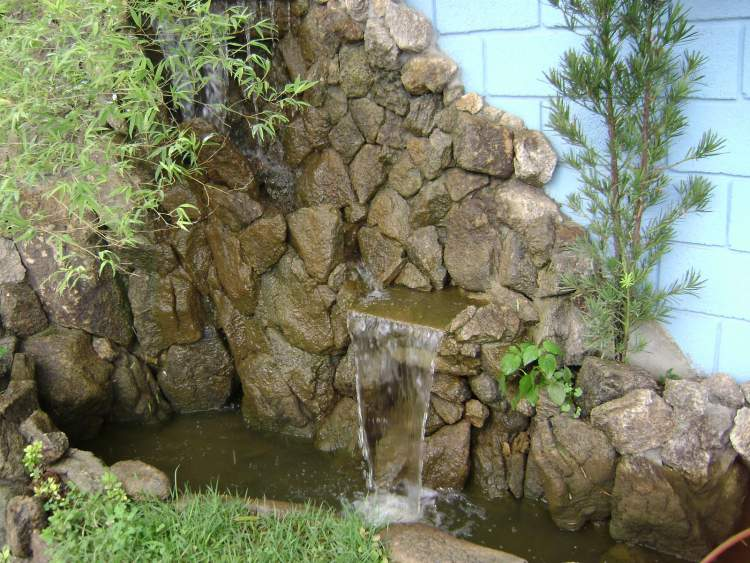 Fonte grandiosa em parede de pedras