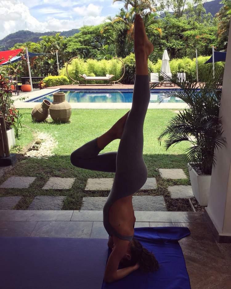 Ísis Valverde faz yoga