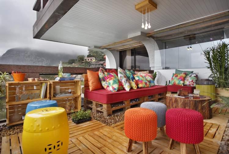 Móveis coloridos para decorar a varanda ou sacada