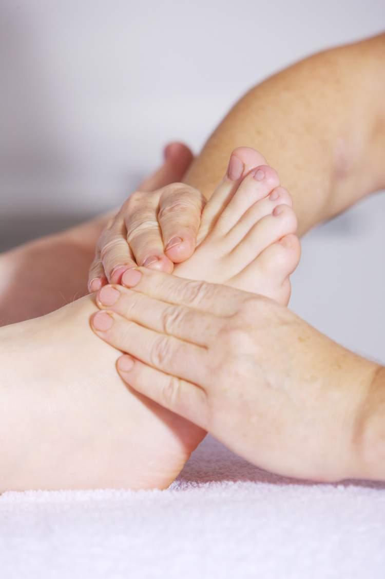 Massagem na planta dos pés