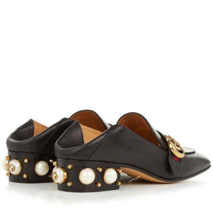 Os sapatos do inverno de 2018 são mais chamativos e contam com aplicações como pérolas e esferas.