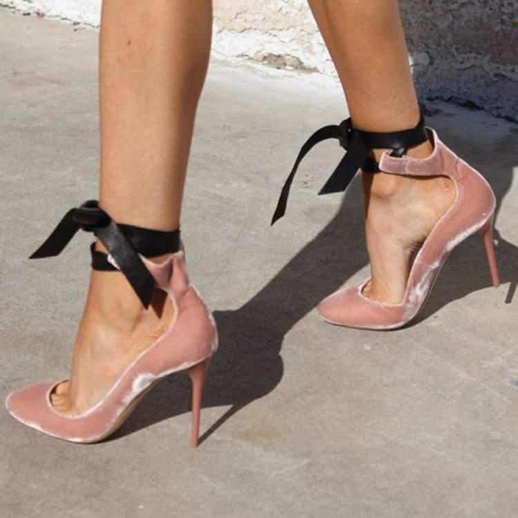 ab01da33c Textura de veludo molhado é uma das tendências em calçados no inverno 2018