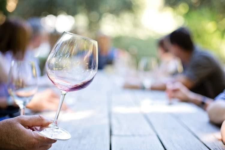 Moderar a ingestão de álcool é uma boa maneira de reduzir o risco de infarto e AVC