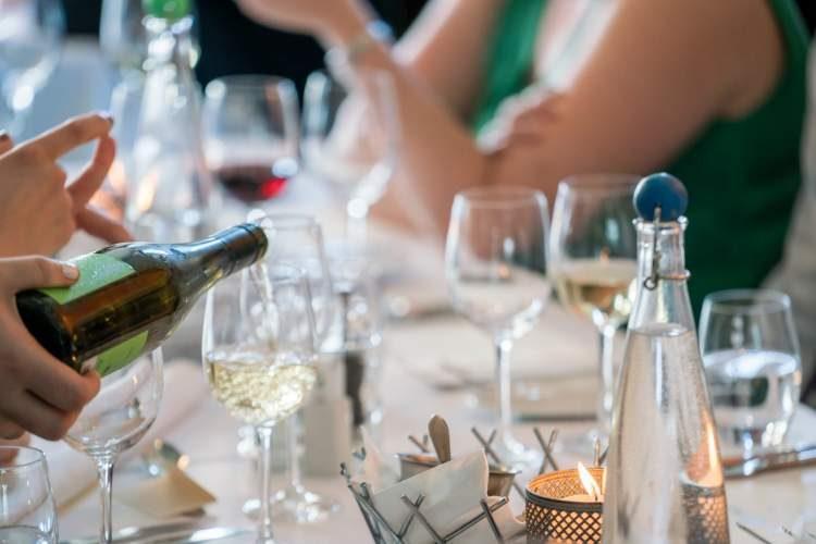 Comes e bebes de uma festa de casamento totalmente animada