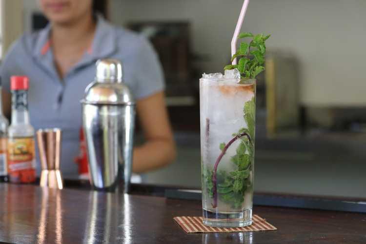 Bebida alcoólica é um dos alimentos que devem ser cortados por quem tem azia ou refluxo