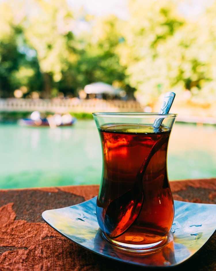 Chá preto é um dos alimentos que devem ser cortados por quem tem azia ou refluxo
