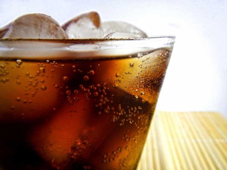 Refrigerante é um dos alimentos que devem ser cortados por quem tem azia ou refluxo