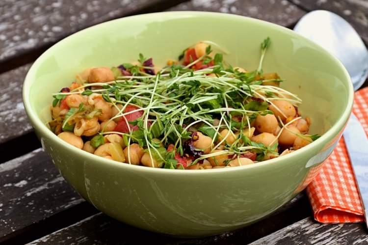 Salada de grão de bico é uma das receitas fáceis para o jantar