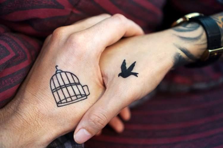 Tatuagem mãe e filha: pássaro e gaiola