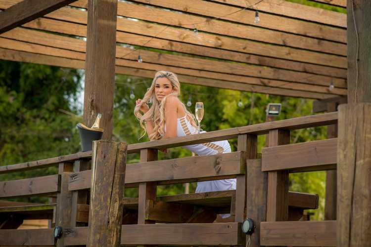 A modelo Ana Torres usando um belo vestido branco com recortes