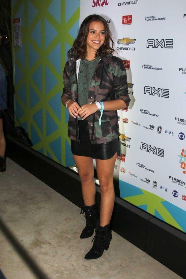 Bruna Marquezine usando blazer com estampa militar