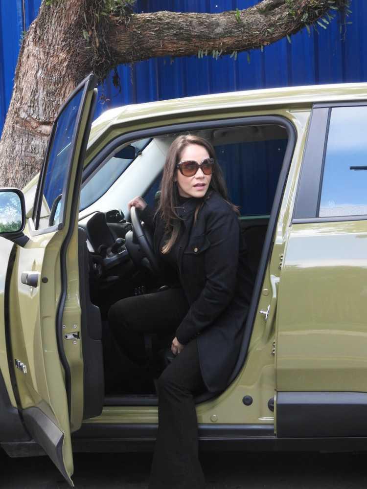 Priscilla Olyva com um look todo preto