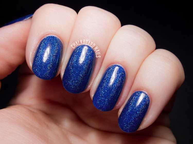 Unhas de torcedora básica e linda: esmalte azul + glitter