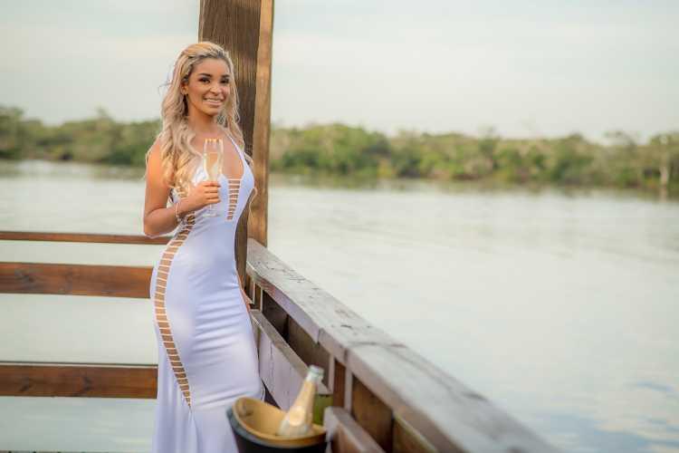 Vestido branco é um look certeiro para festas e eventos de gala de dia