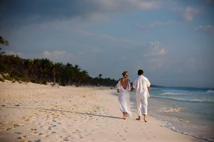 Caminhar na praia é um dos programas baratos para fazer com o seu amor no Dia dos Namorados