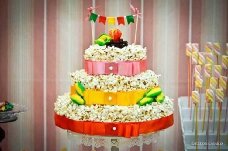 Decoração para festa junina com bolo de pipoca