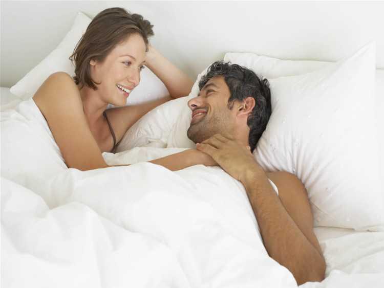 Ficar na cama é um dos programas baratos para fazer com o seu amor no Dia dos Namorados