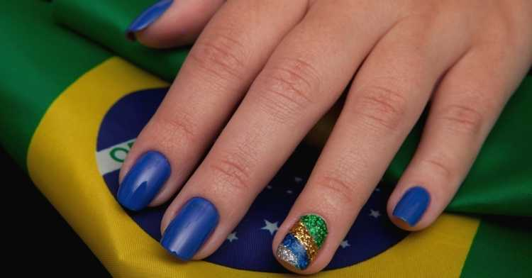 Unhas decoradas com glitter para copa do mundo