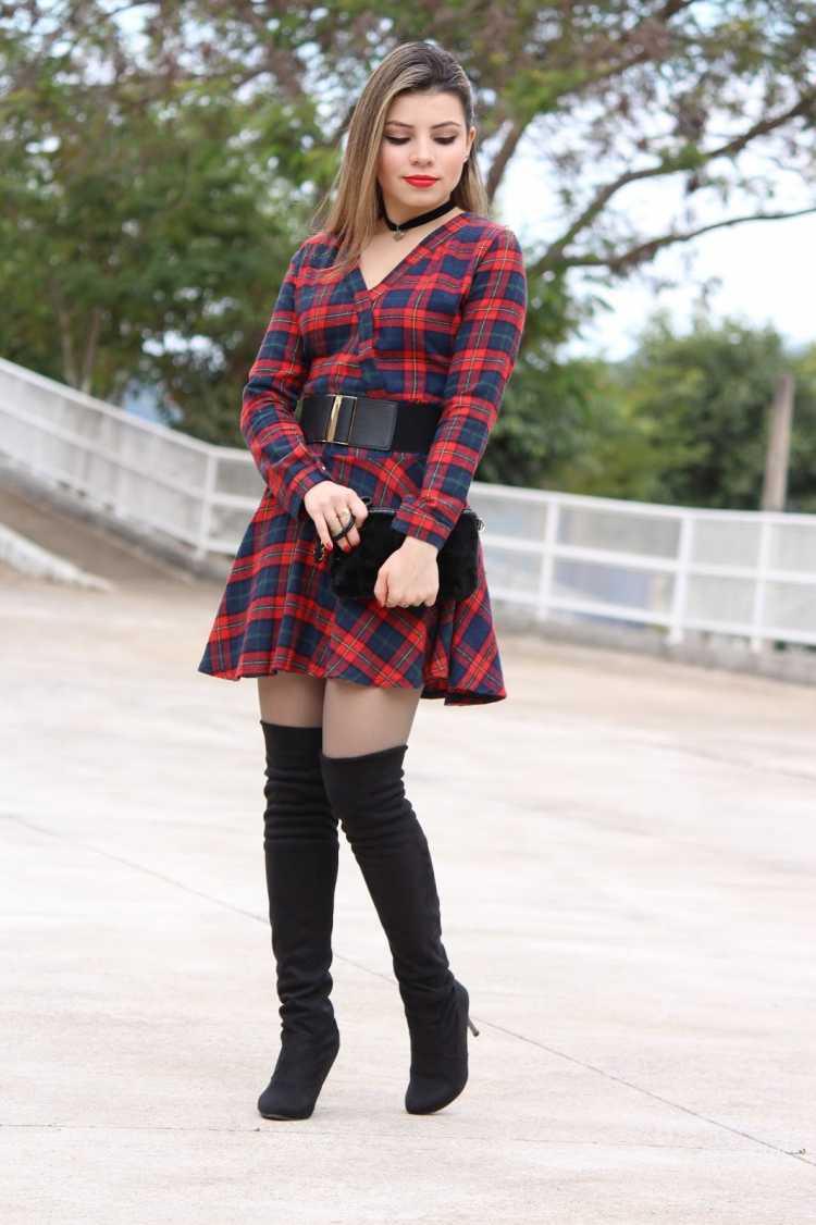 Vestido vermelho com botas de cano longo