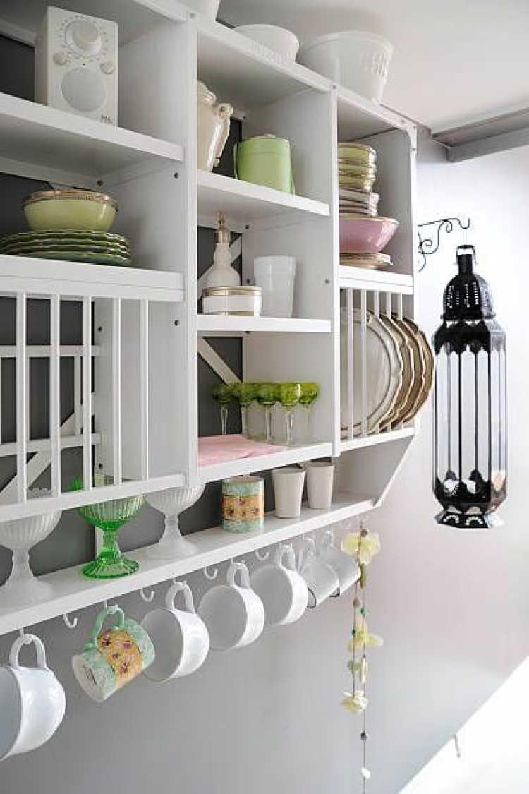 Aproveitando a parede para decorar sua cozinha pequena