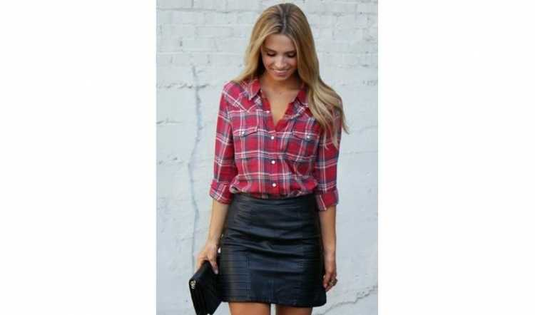 Look com saia de couro e camisa xadrez