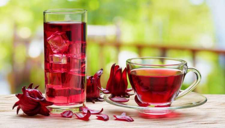 Chá de hibisco é um dos alimentos incríveis que vão te ajudar a dar adeus aos pneuzinhos
