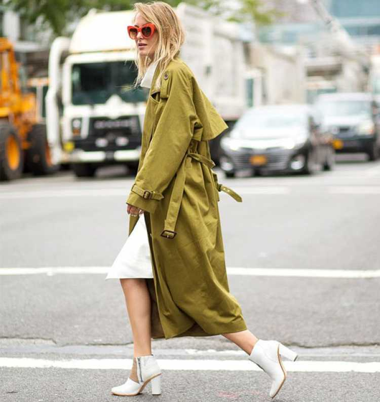 Look com bota branca e trench coat
