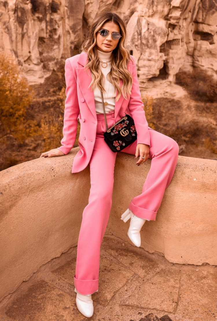 Look de alfaiataria rosa millennial com bota branca