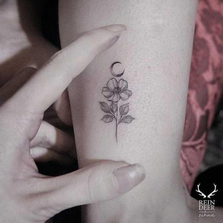 Modelo de tatuagem feminina no formato de flor