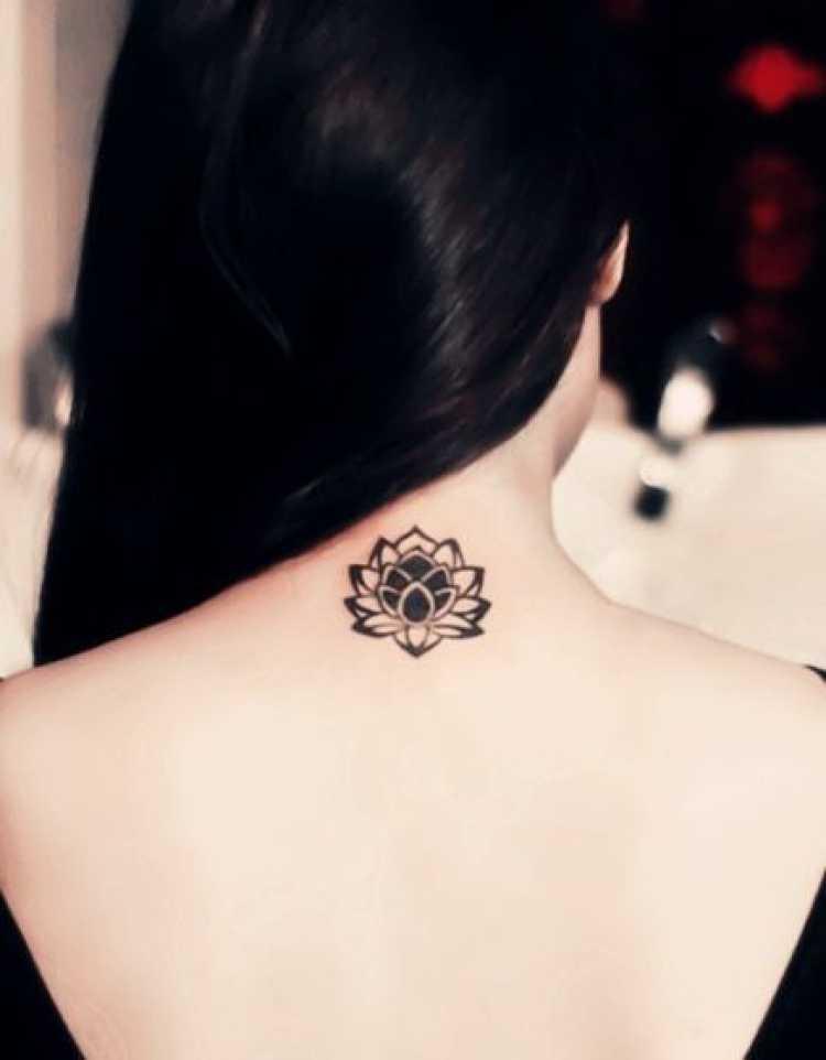 Mulher com tatuagem delicada nas costas embaixo do cabelo